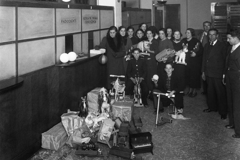 Recull de joguines a les oficines de Ràdio Barcelona. Anys 30