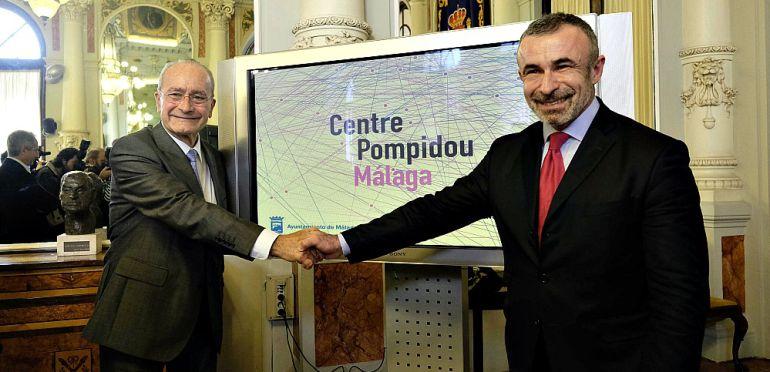 El alcalde de Málaga, Francisco de la Torre, y el presidente del Centro Prompidou, Alain Seban, durante la presentación de la imagen corporativa del Pompidou de Málaga