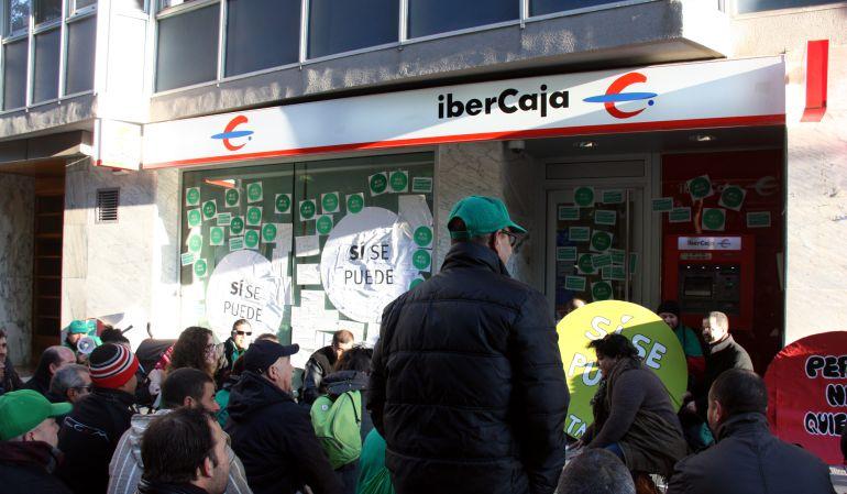 Una entitat financera denuncia a dos membres de la pah per for Oficinas de ibercaja en barcelona