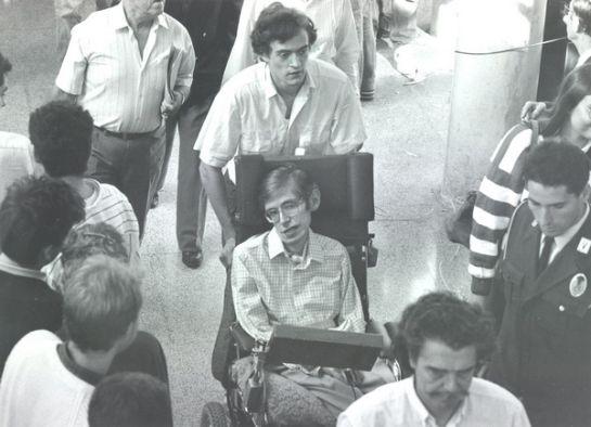 Un altre moment del passeig de Stephen Hawking i Lluís Permanyer per la Barcelona de 1988
