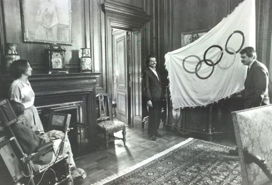 Pasqual Maragall mostra la bandera olímpica a Stephen Hawking al despatx de l'alcalde de Barcelona