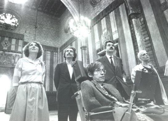 Maragall i Permanyer mostren el Saló de Cent de l'Ajuntament de Barcelona a Stephen Hawking