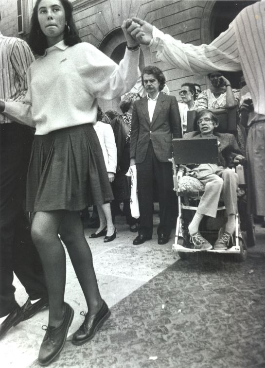 Stephen Hwaking contempla una ballada de sardanes a la Plaça de Sant Jaume