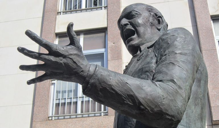 Monumento de Pepe Peregil en la Plaza Padre Jerónimo de Córdoba, donde se encuentra su taberna Quitapesares