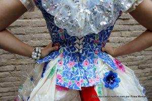 Traje de valenciana elaborado con materiales reciclados