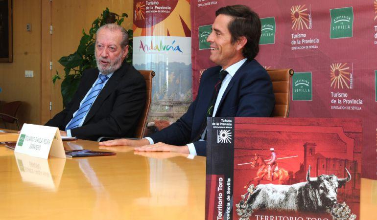 El presidente de la Diputación Provincial de Sevilla, Fernando Rodríguez Villalobos, a la izquierda de la imagen, junto al diestro y comentarista taurino de Radio Sevilla Eduardo Dávila Miura