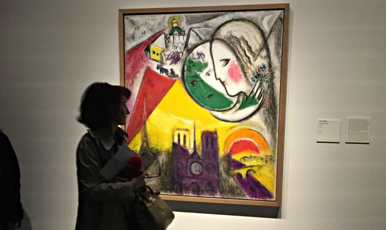 Una visitante mira el cuadro de Chagall en el Centro Pompidou de Málaga
