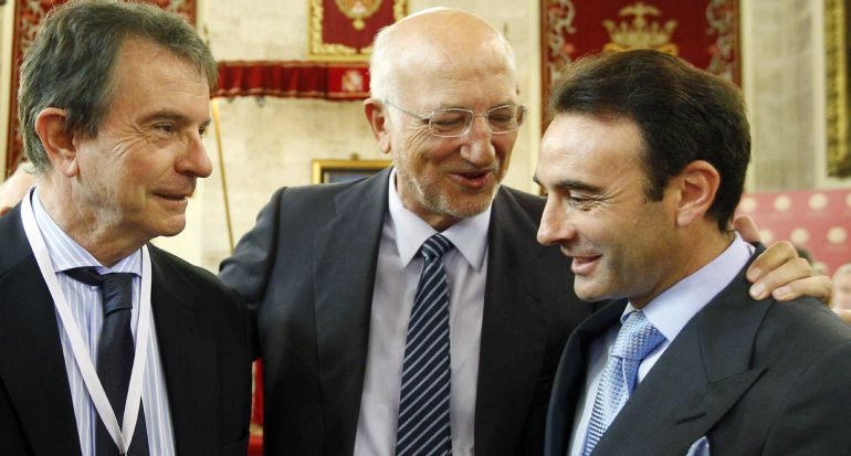 El presidente de AC Hoteles, Antonio Catalán (a la izquierda), junto al presidente de Mercadona, Juan Roig, y el torero Enrique Ponce, en la entrega de los premios Jaume I, el pasado junio.