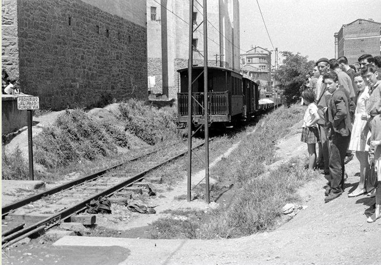 El paso del ferrocarril vasco-navarro por la calle José Mardones