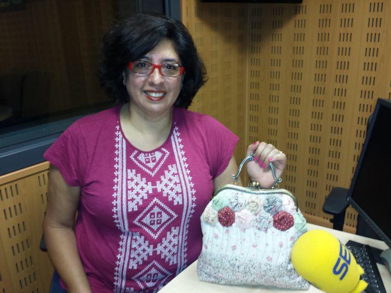 Raquel Lugo con uno de sus trabajos de patchwork