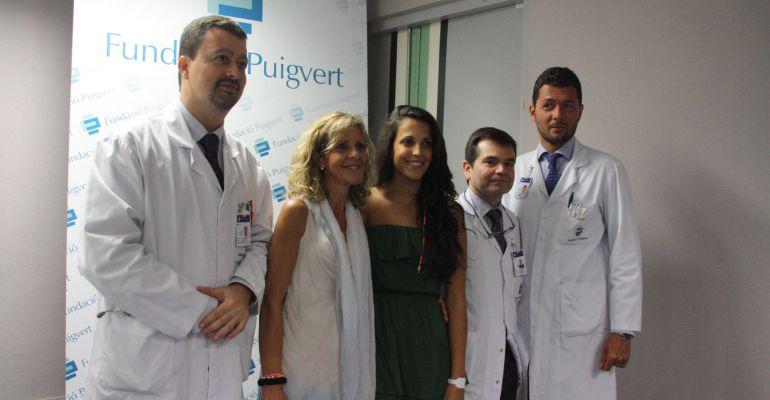 La paciente, al lado de su madre y con los médicos de la Fundación Puigvert que han hecho el primer transplante de riñón robotizado de Europa