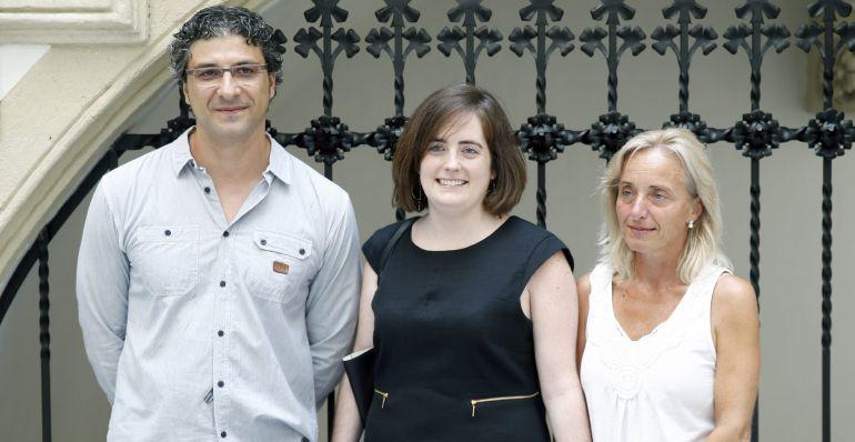Los doctores Irati Zubizarreta  y Daniel Benitez , junto a su paciente Maribel Peña ( a la derecha)