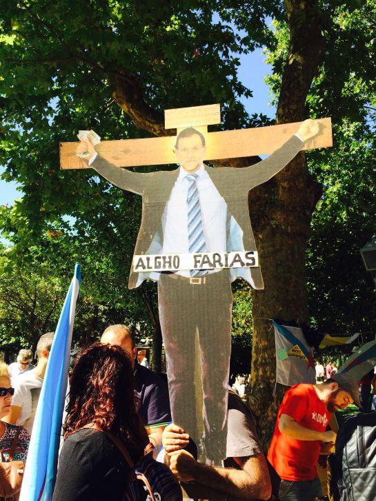 """La parodia estuvo presente en la manifestación, aquí """"crucificando"""" a Mariano Rajoy"""