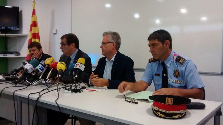 El conseller Jordi Jané i l'alcalde de Salou amb el cap dels Mossos.
