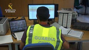 Un agente investiga las operaciones llevadas a cabo en esta actuación contra el fraude a la Hacienda Pública.