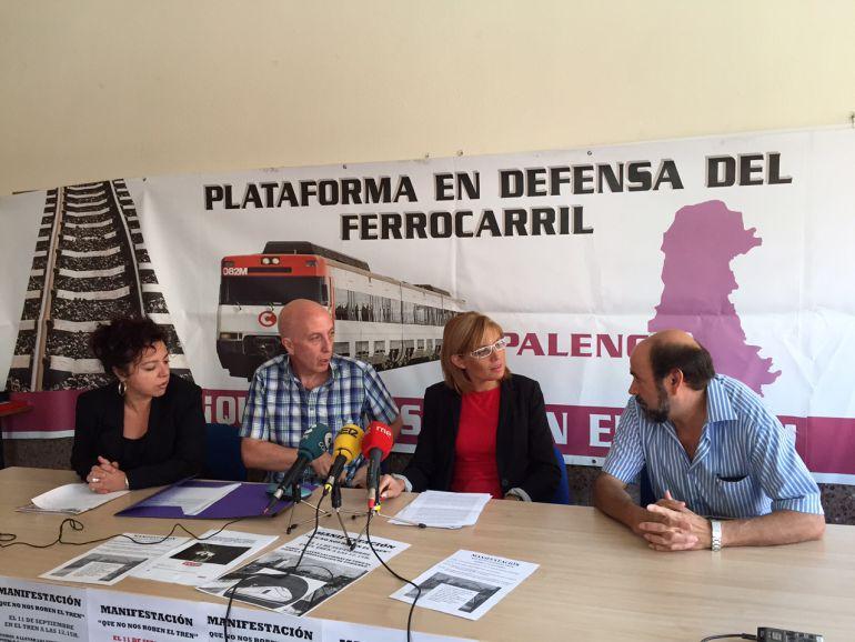 Integrantes de la Plataforma en Defensa del Ferrocarril, entre ellos la Alcaldesa de Vanta de Baños, Rosa Juanes, (tercera por la izquierda).