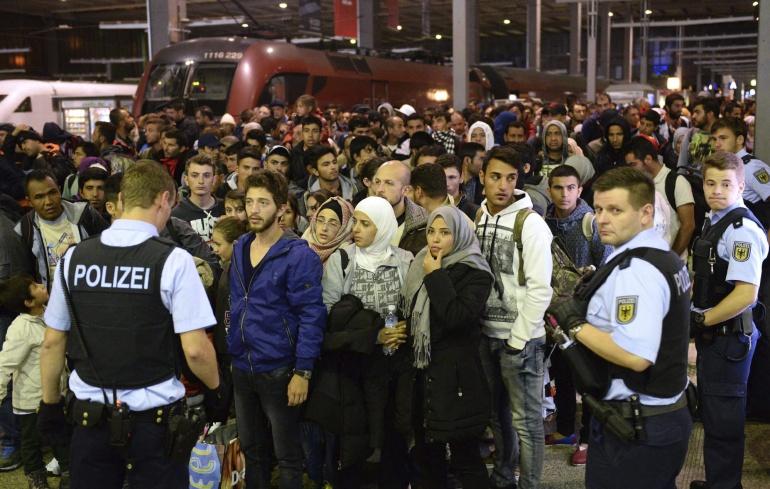 Decenas de refugiados espera a su llegada desde Budapest en la estación central de Múnich