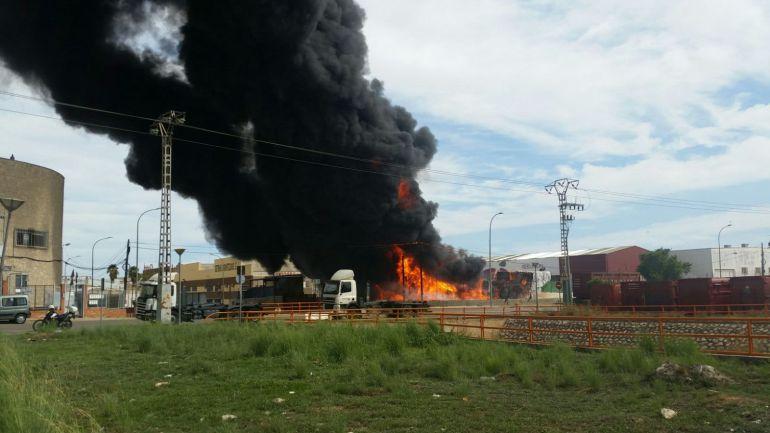 INCENDIO FUENTE DEL JARRO: Arde una planta de reciclaje en Fuente del Jarro