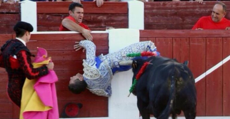 Imagen de la cornada sufrida por Valentín Arenas en Munera