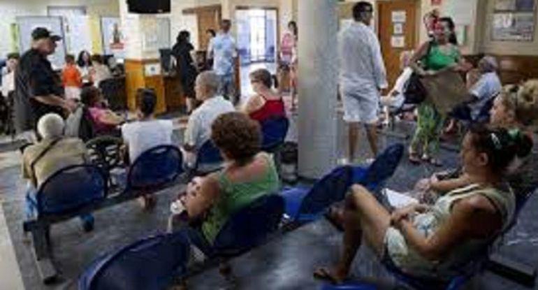 Pacientes en la sala de espera de una consulta
