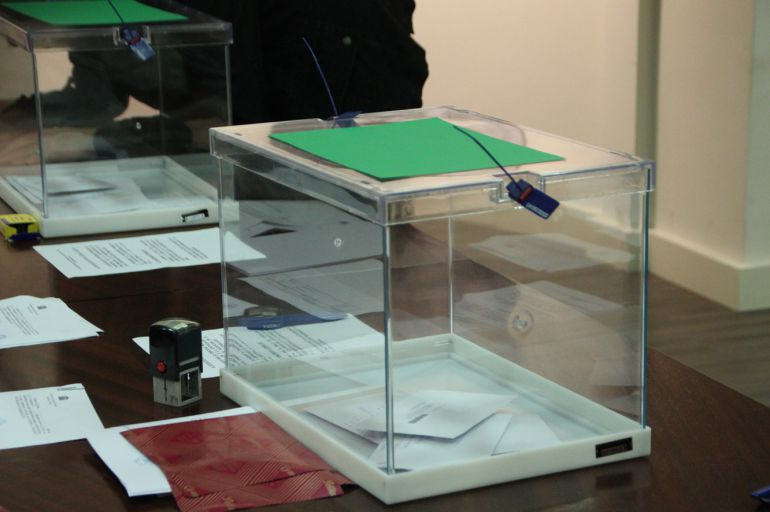 Els primers vots dipositats al consolat espanyol a Andorra aquest dimecres.