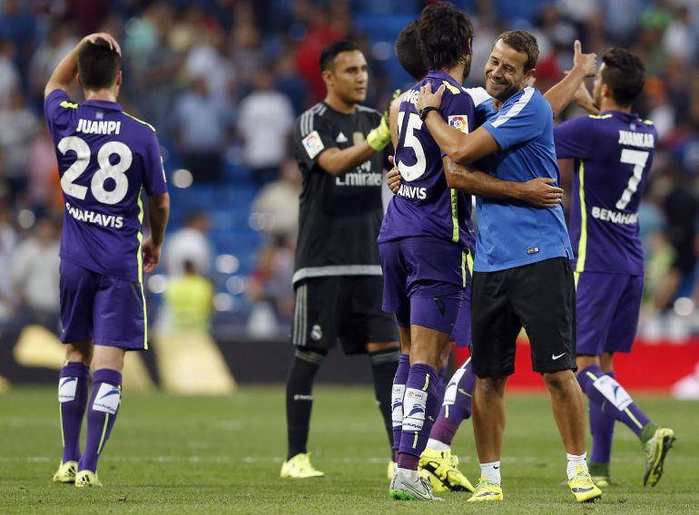 Los jugadores del Málaga se abrazan tras el pitido final