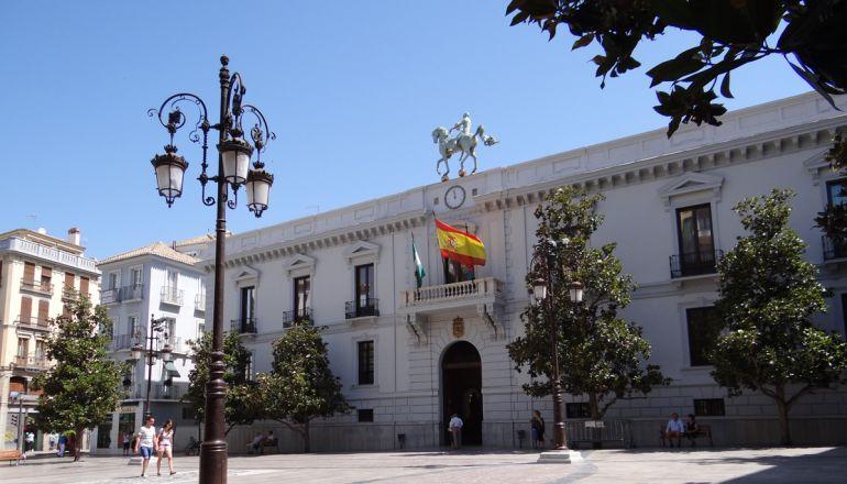 Plaza del Carmen y fachada principal del Ayuntamiento de Granada