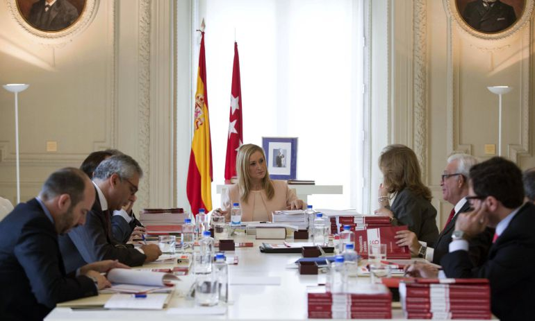 Fotografía facilitada por la Comunidad de Madrid de su presidenta, Cristina Cifuentes durante el Consejo de Gobierno extraordinario en el que se ha aprobado el proyecto de ley de presupuestos para 2016