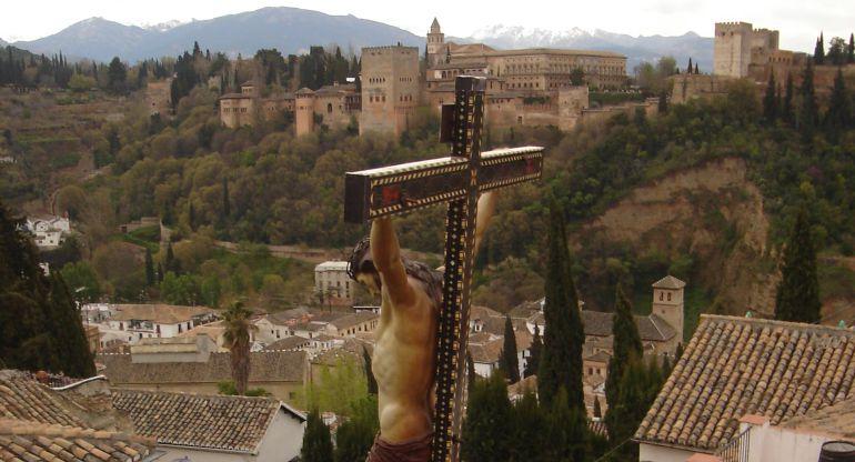 Imagen del Cristo del Silencio de Granada en su regreso diurno a San Nicolás el Sábado Santo de 2007. La vuelta a su templo tuvo que retrasarse por lluvia