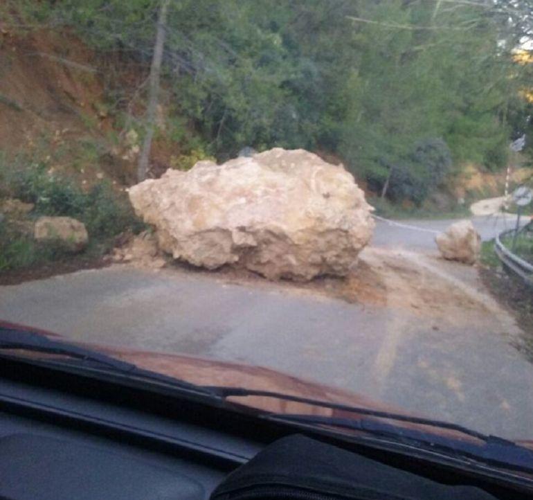 Cae una gran roca en la carretera radio murcia cadena ser for Servicio tecnico roca murcia