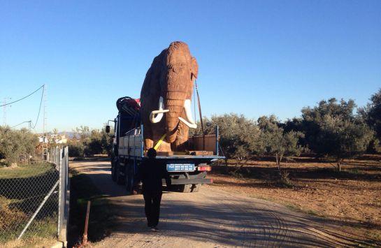 Traslado de la ráplica de un mamut hasta Padul(Granada)