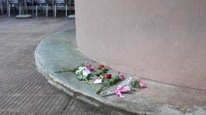 Flors i espelmes al lloc on van morir la mare i les dues filles