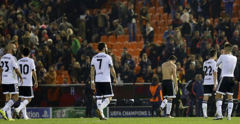 GRA474. VALENCIA, Los jugadores del Valencia se retiran del terreno de juego tras finalizar el partido de la sexta y última jornada de la fase de grupos de la Liga de Campeones, que han disputado esta noche contra el Olympic de Lyon en el estadio de Mestalla, en Valencia. EFE, Kai Försterling