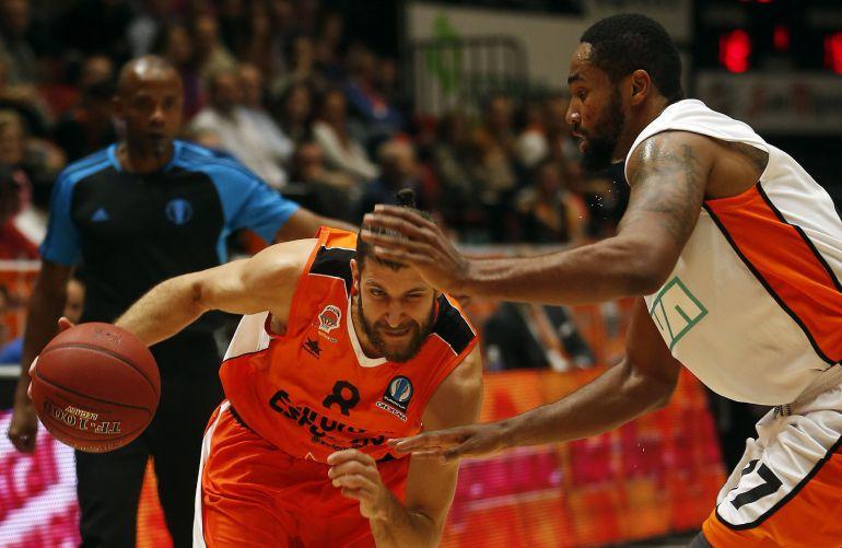 GRA447. VALENCIA, El escolta del Valencia Basket Antoine Diot (i) trata de vencer la oposición del ala-pívot del Ratiopharm Ulm, DaSean Butler (d), durante el partido de la octava jornada de la primera fase de la Eurocopa que disputan esta noche en le pabellón Fuente San Luis. EFE, Kai Försterling