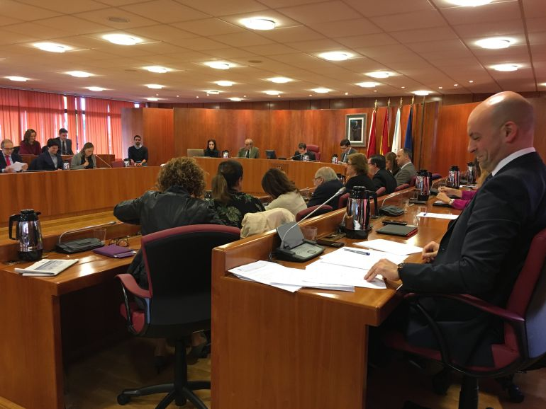 El Concejal de Hacienda, Jaime Aneiros, se ríe durante la intervención de la portavoz del Partido Popular, Elena Muñoz durante el debate plenario de aprobación de los presupuestos municipales de Vigo para 2016.