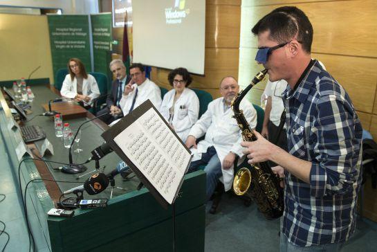 El músico de 27 años Carlos Aguilera toca el saxo durante la rueda de prensa tras ver las imágenes de su intervención realizada el pasado 15 de octubre en el Hospital Regional de Málaga donde, por primera vez en Europa, se le extirpó un tumor en el que se realizó un mapa de la corteza cerebral del lenguaje musical mientras se mantuvo despierto en la operación y tocó el saxofón para evitar secuelas. EFE/ Jorge Zapata.