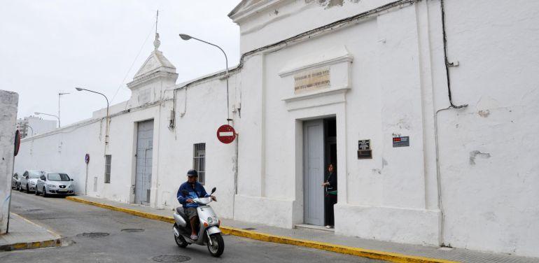 Fachada del cementerio de Cádiz donde en enero se prevé el inicio de las exhumaciones
