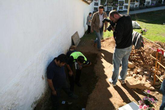 Fosa del cementerio de Obejo en la que se han hallado los restos de los dos guerrilleros