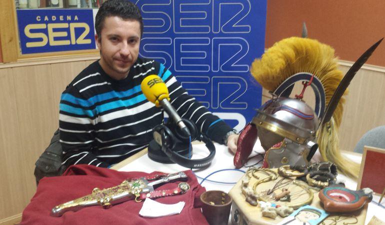 Marco Almansa, secretario de Antiqua Clío, junto con algunos de los elementos de recreación histórica.
