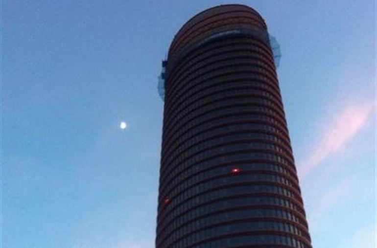La torre pelli firma los primeros contratos de alquiler for Oficinas caixabank madrid