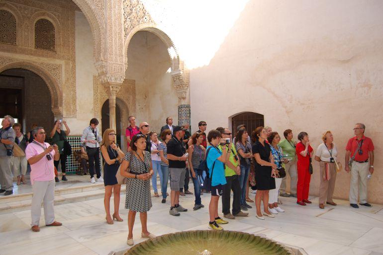 Visitantes pasean por la Alhambra de Granada.