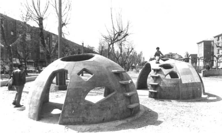 Niños jugando en los antiguos jardines de La Rubia