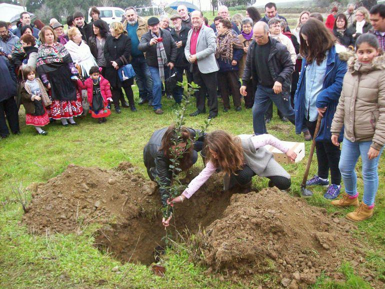 Jóvenes plantan el primero de los 212 árboles de la fiesta