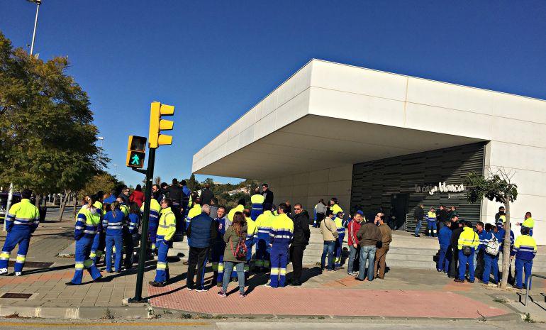 Trabajadores de Limasa a las puertas del edificio de la Caja Blanca, donde ha tenido lugar la última reunión para intentar desconvocar la huelga de basuras