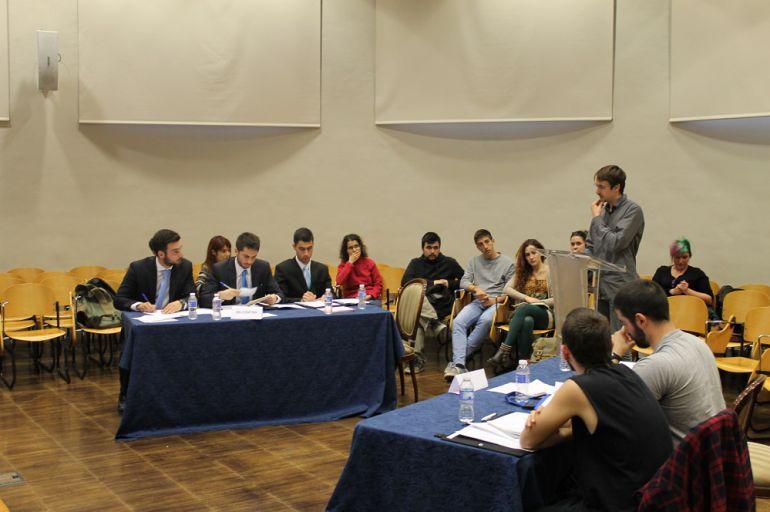 Dos equipos de debate discutiendo lo que hay que hacer en Siria