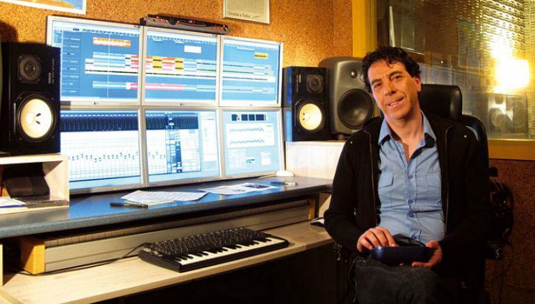 Armando Fernández, en su estudio de grabación