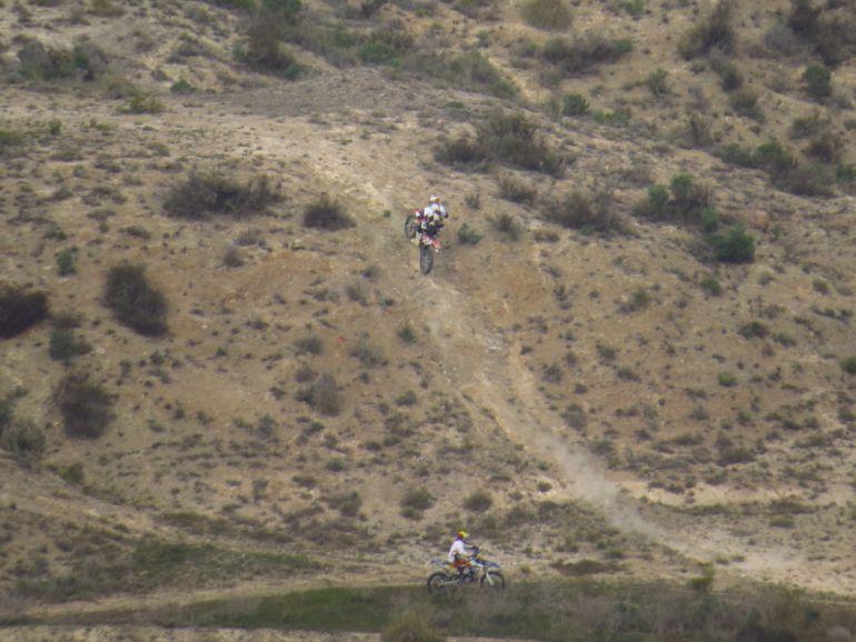 Motos de trial en la zona del pantano