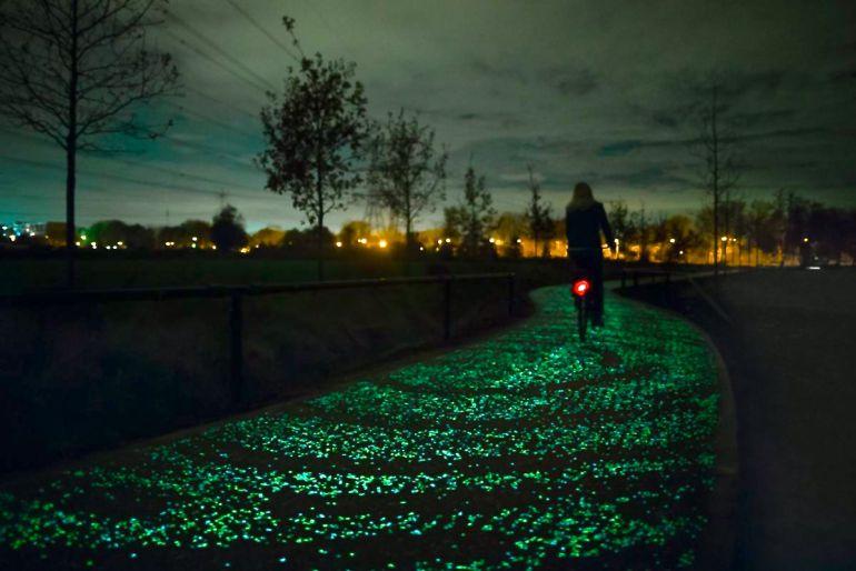 Carril-bici retro-iluminado con placas solares en el pavimento