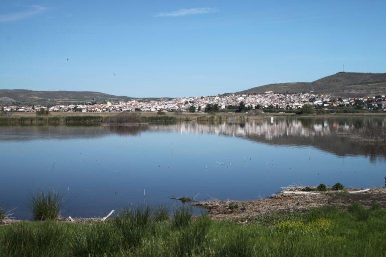 La localidad de Padul(Granada) vista desde su laguna
