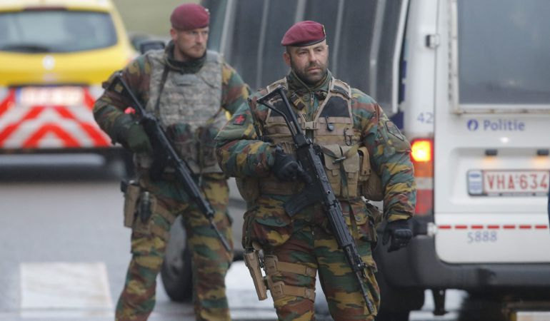 Soldados belgas comprueban este miércoles vehículos en el aeropuerto de Zaventem en Bruselas